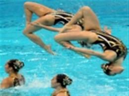 Οι θεατές κατέκλυσαν τα κολυμβητήρια