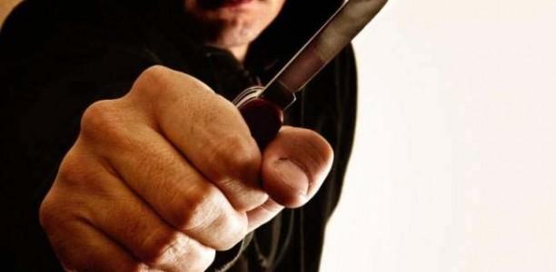 Λαρισαίος κυκλοφορούσε με… μαχαίρια και χειροπέδες!