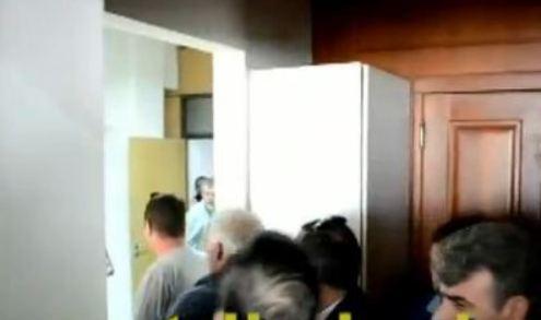 Eπεισοδιακή εισβολή των πρώην συμβασιούχων στο Γραφείο του Δημάρχου Τρικκαίων  (βίντεο)