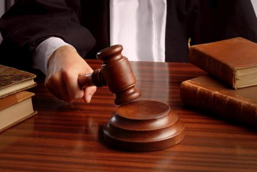 Δικαστής έδιωξε δικηγόρο γιατί παρουσιάστηκε ντυμένος γυναίκα