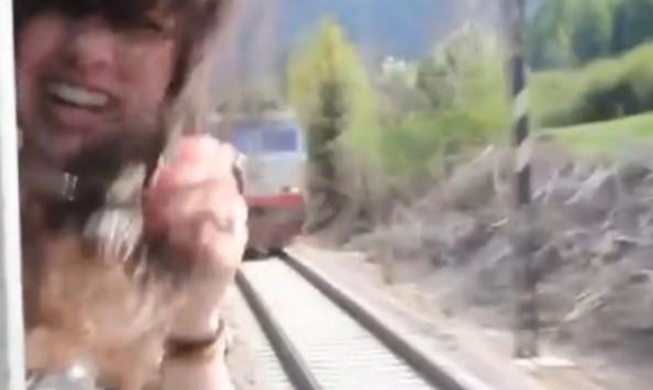 Διερχόμενο τρένο παραλίγο να της κόψει το κεφάλι