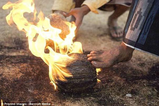 Γιατί οι άνθρωποι στην Ινδονησία βάζουν φωτιά στις καρύδες; (Video)