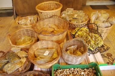 Αγρότες φτιάχνουν καλλυντικά από λάδι, μέλι, δίκταμο