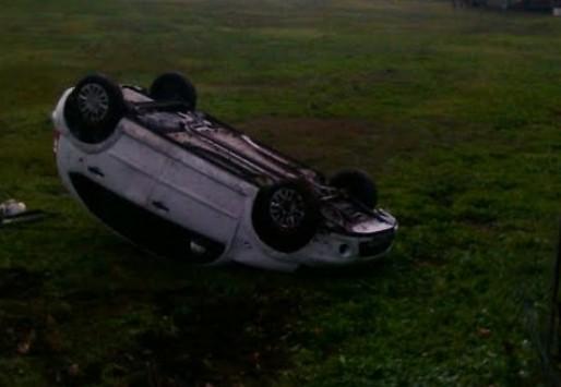 Τρίκαλα: Το αυτοκίνητο... προσγειώθηκε σε χωράφι