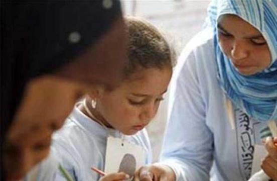 Κούρεψε δύο κοριτσάκια επειδή δεν φορούσαν μαντήλα