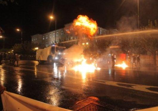 Χάος και έξω από τη Βουλή-Πέφτουν βροχή οι μολότοφ-Πετροπόλεμος μεταξύ διαδηλωτών και ΜΑΤ