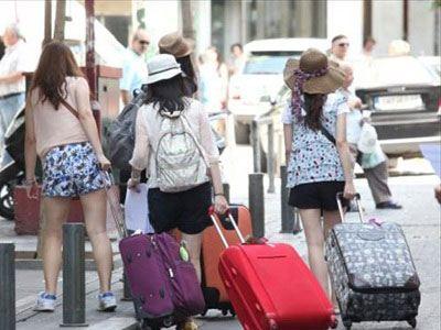 BBC: Το ακριβό ευρώ έδιωξε τουρίστες από την Ελλάδα