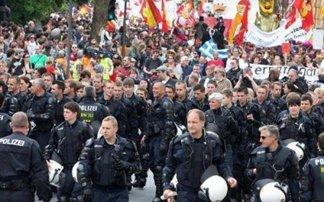 Φρανκούρτη :Διαδηλωτές και ΜΑΤ έγιναν ένα!