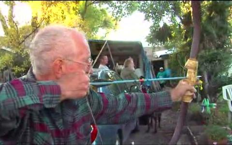 75χρονος ακινητοποίησε κλέφτη χρησιμοποιώντας τόξο και βέλος