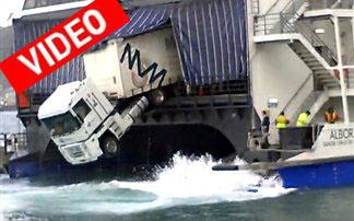 Φορτηγό κρέμεται από πλοίο!
