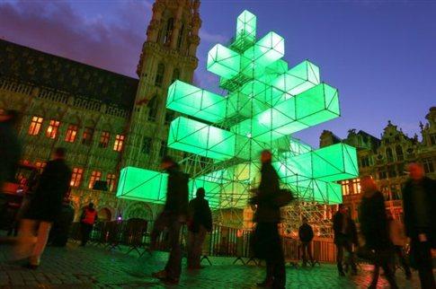 Εγκατάσταση με οθόνες «στόλισαν» φέτος οι Βρυξέλλες αντί για χριστουγεννιάτικο δέντρο