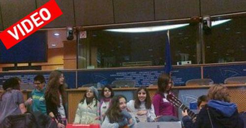Ελληνόπουλα είπαν τα κάλαντα στο Ευρωκοινοβούλιο