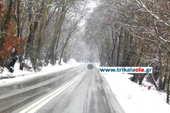 Χιονίζει στα Τρίκαλα