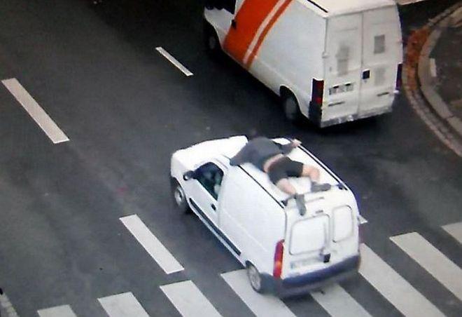 Σε ρόλο Spiderman για να σώσει το φορτηγό του