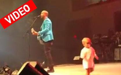 Μωρό κλέβει την παράσταση, από τον τραγουδιστή πατέρα του