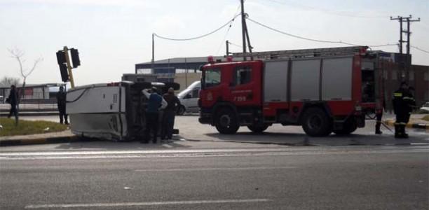 Λάρισα : Νταλίκα χτύπησε φορτηγάκι στην οδό Βόλου!