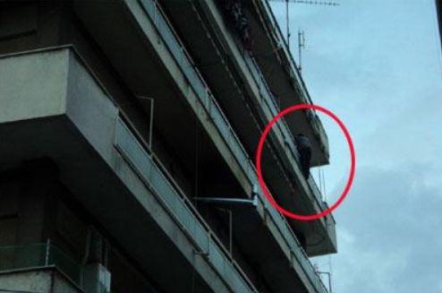 Τρίκαλα: 40χρονος άνδρας απειλούσε ότι θα πέσει στο κενό