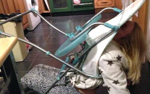 Ξανθιά παγιδεύτηκε στο... κάθισμα του μωρού - επενέβη η πυροσβεστική