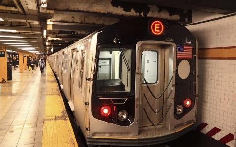 Αποζημιώθηκε με 75.000 ζευγάρι που συνελήφθη στο μετρό επειδή χόρευε