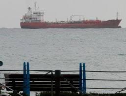 Σε αναμονή το πλοίο με τα όπλα στο λιμάνι
