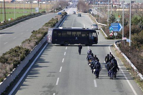 Αγρότες της Λάρισας έκλεισαν για λίγη ώρα την εθνική οδό