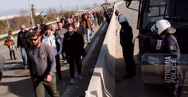Συνεχίζεται ο κλεφτοπόλεμος αγροτών - αστυνομίας στη Λάρισα