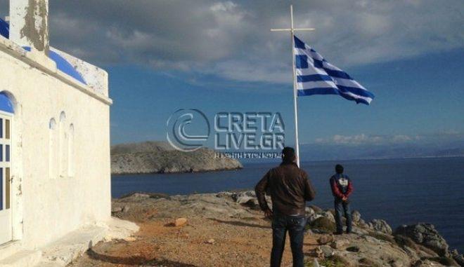 Βάζουν ελληνικές σημαίες σε όλες τις βραχονησίδες