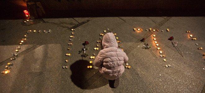Με αναμμένα κεριά τίμησαν στη Λάρισα τους αδικοχαμένους φοιτητές
