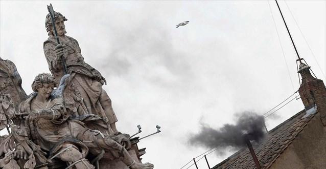 Μαύρος καπνός ξανά στην πλατεία του Αγίου Πέτρου