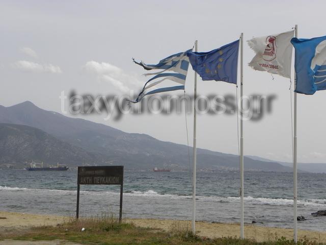Κουρελιασμένη η Ελληνική σημαία