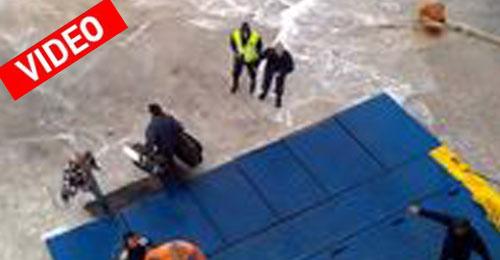 Απίστευτο βίντεο στο λιμάνι της Κιμώλου. Φόρτωση και αποβίβαση μέσα στα κύματα