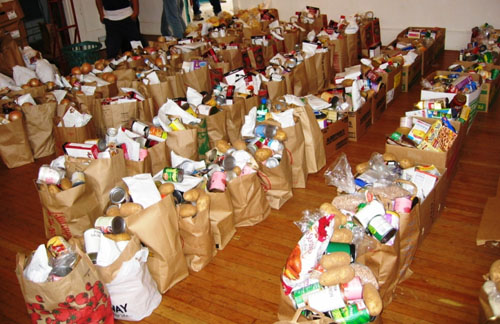 Διανομή τροφίμων σε απόρους από το Δήμο