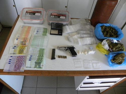 Τρίκαλα: Πατέρας και γιος έκρυβαν ναρκωτικά σε επιχείρηση εμπορίας καυσόξυλων