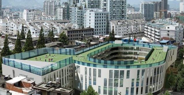 Πράσινη στέγη σχολείου λειτουργεί και ως... στίβος