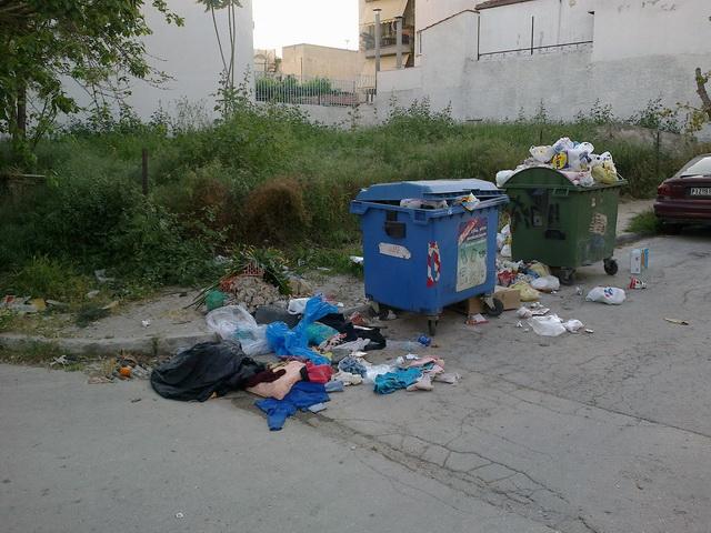 Δρόμος γεμάτος σκουπίδια