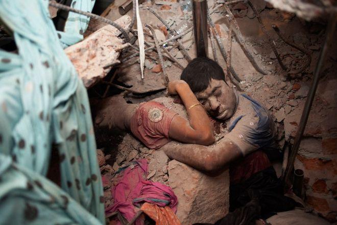 Φωτογραφία σοκ από το Μπανγκλαντές: Η τελευταία αγκαλιά πριν τον θάνατο