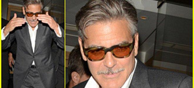 O Tζορτζ Κλούνεϊ με γεροντο-μουστάκι βγαίνει τρεκλίζοντας από το Nobu