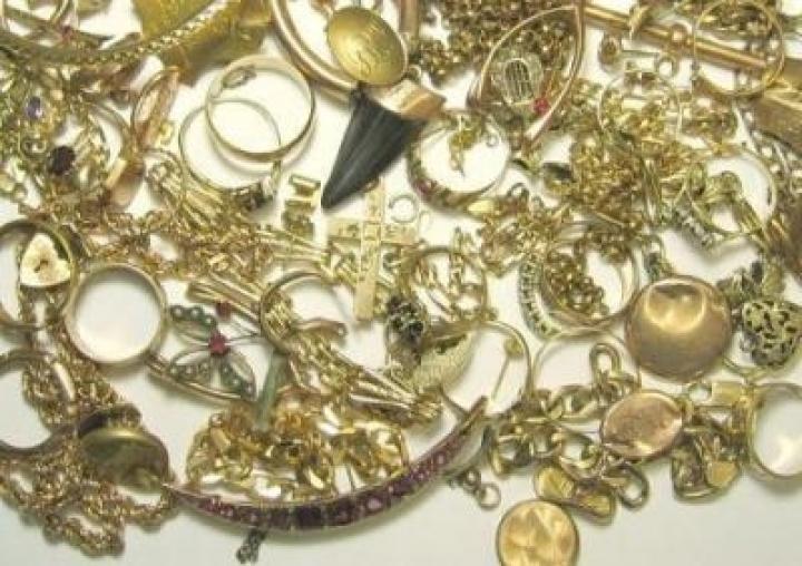 Η φίλη πήγαινε σπίτι και της έκλεβε τα κοσμήματα