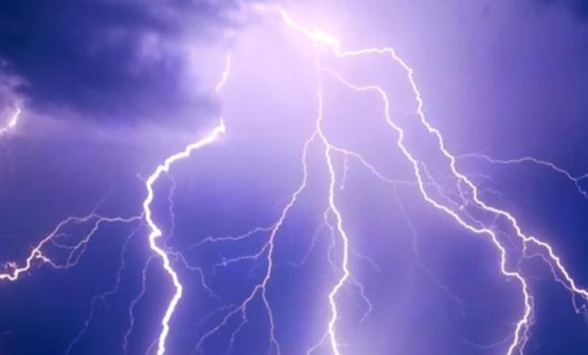 Κεραυνός σε στέγη σπιτιού της Νάουσας στη διάρκεια της σφοδρής καταιγίδας