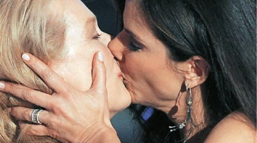 Η Σάντρα Μπούλοκ αποκάλυψε γιατί φίλησε στο στόμα τη Μέριλ Στριπ!