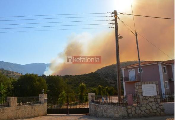 ΦΩΤΟ-Εκκενώθηκαν κατοικίες στην Κεφαλονιά