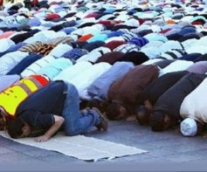 Εκατοντάδες μουσουλμάνοι στο Παρίσι προσευχήθηκαν για τη Συρία