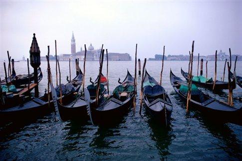 «Πινακίδες» και GPS αποκτούν οι γόνδολες της Βενετίας