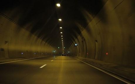 Οι νέοι δε βλέπουν φως στο τούνελ