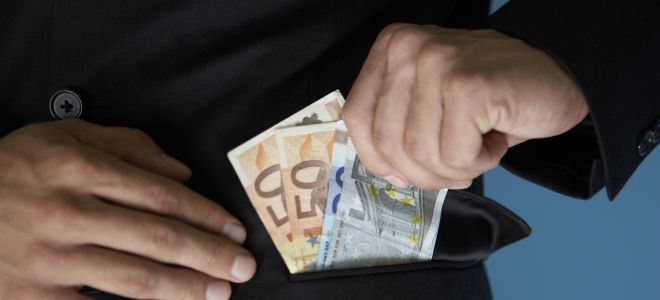 Πήγε την γιαγιά στην τράπεζα για 4.000€