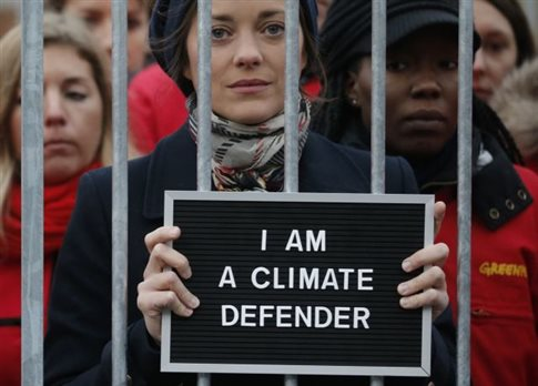 Σε κλουβί μπήκε η Κοτιγιάρ για τους ακτιβιστές της Greenpeace στη Ρωσία