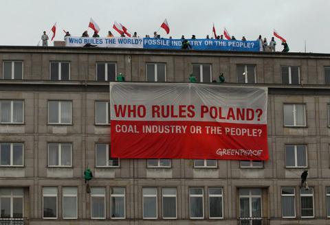 Ακτιβιστές της Greenpeace στο υπουργείο Οικονομικών της Πολωνίας