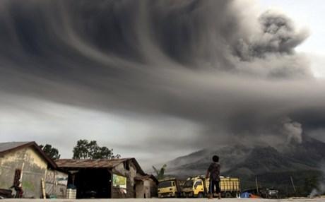 Ταυτόχρονη έκρηξη δύο ηφαιστείων στην Ινδονησία