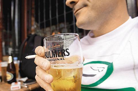Αμστερνταμ: Αλκοολικοί καθαρίζουν δρόμους και πληρώνονται με μπίρες