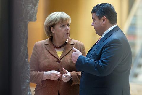 Μοιράζουν υπουργεία και... αναζητούν 40 δισ. €
